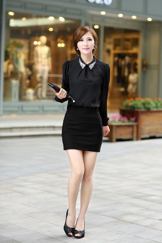 Сексуальная женщина в черных колготках в черной юбке